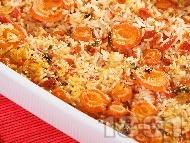 Обикновен печен бял ориз с моркови, домати и бяло вино в тава на фурна